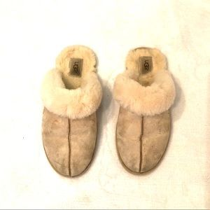 "[UGG] Cream ""Scuffette"" Slippers - Size 9"